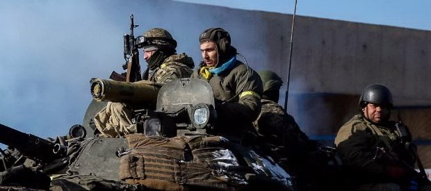 dal Fatto L'accordo per il cessate il fuoco non ferma i bombardamenti. Lo stop alle ostilitàsu cui Mosca, Kiev, Berlinoe Parigihanno trovato l'intesa giovedì a Minsk entrerà in vigore sabato 15 febbraio a mezzanotte e intanto nell'est dell'Ucraina si continua a morire.Nuovi bombardamenti sono stati segnalati nelle città di Donetsk e Lugansk.Da parte sua, l'Ue ha già avvertito la Russia di nuove sanzioni se l'accordo non venisse rispettato. Decine le vittime segnalate nelle ultime 24 ore. Un portavoce dell'esercito di Kiev, il portavoce dello Stato maggiore delle truppe governative, Vladislav Selezniov, ha riferito che 8soldati ucraini sono morti e […]