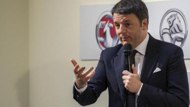 """Caro Operai Contro, quella di Renzi è stata una giornata con i padroni: la sua famiglia. A Torino dopo una capatina al Centro Stile, ha visitato con Marchionne una Mirafiori deserta, con una sola linea di montaggio in allestimento. Renzi ha definito """"sorprendente"""" l'operato di Marchionne """"per rilanciare Fca"""". Di sorprendente c'è il fatto che a Mirafiori, 5 mila operai da tempo in cassa integrazione, non abbiano ancora preso a pedate nel culo Marchionne e i giullare a capo del governo. Poi Renzi fa visita nel centro di Torino alla General Motors, dove 650 operai e tecnici sperimentano e […]"""