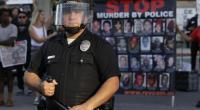 dall'ANSA Si rischia un'altra ondata di proteste e che gli animi tornino ad accendersi questa volta a Los Angeles, dopo che un uomo afroamericano di 28 anni e' stato ucciso dalla polizia, intervenuta – si apprende dalle autoriatà – dopo la segnalazione della sua presenza nei pressi di una stazione di servizio mentre brandiva un'arma esplodendo anche colpi in aria. L'episodio e' stato registrato in un video e nelle immagini si vedono due agenti dell'ufficio dello sceriffo della contea di Los Angeles che sparano ripetutamente e non si fermano nemmeno quando il giovane, probabilmente colpito, si accascia, volta le […]