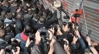Lanotizia che il governo Syriza sta per varare delle leggi che attaccano il diritto di sciopero, ha ricevuto l'immediata risposta del movimento sindacale di classe greco. I link di seguito prodotti rimandano a video efoto della manifestazione promossa dal PAME ad Atene. Una manifestazione militante molto determinata che aveva chiesto di incontrare il Ministro del Lavoro, una volta che questo ha rifiutato di incontrare la delegazione , la testa del corteo ha buttato giù a spallate l'ingresso del Ministero che, come hanno gridato i manifestanti, rappresenta i padroni e non i lavoratori. Guarda il VIDEO Il corteo ha fatto […]