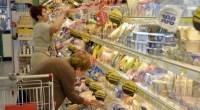 Bassi salari, pensioni miserabili spingono a nutrirsi con alimenti a poco prezzo, in offerta. La qualità è scadente ma i ripiani sono vuoti.