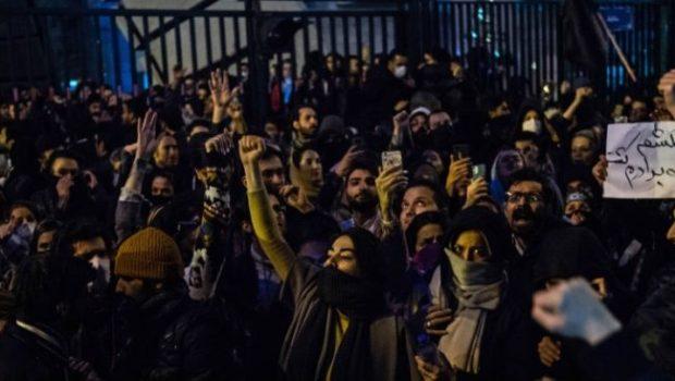 Gli specialisti dell'esercito americano al grido di  prima gli americani, con un atto terroristico, per usare la loro stessa terminologia, hanno ucciso Soleimani, generale iraniano ...