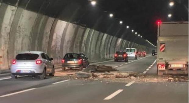 La revoca delle concessioni autostradali non arriva. I Benetton sono troppo forti e quella dei pedaggi è una miniera d'oro. Ma le autostrade non sono sicure e i pedaggi non sono giustificati.