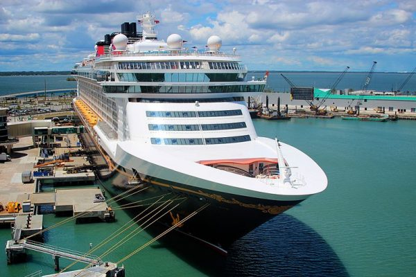 800px-Disney_Cruise_Ship_tied_up_at_the_Disney_Terminal,_Port_Canaveral_-_Florida