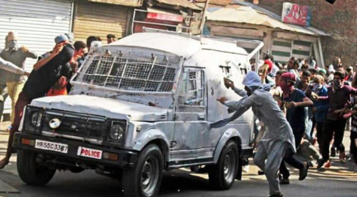 stone pelting jihadi mob attacks CRPF vehicle in Srinagar