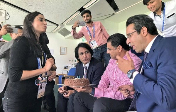 Former Pakistani cricketers and journalist get trolled for cutting cake during Ramzan
