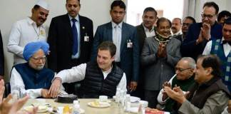 Rahul Gandhi and Manmohan Singh cutting cake