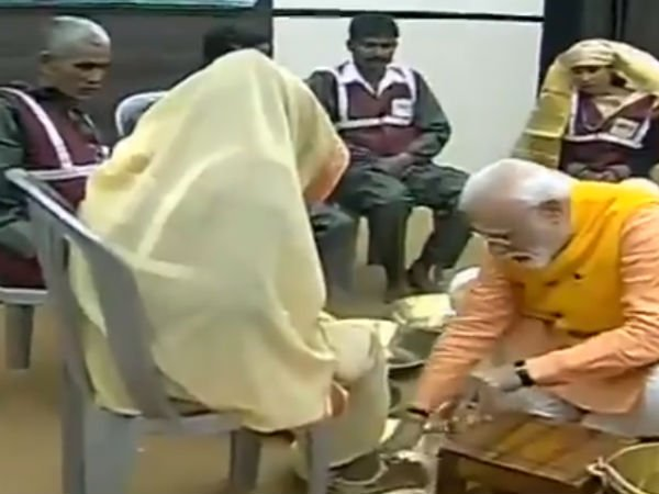 Prime Minister washes feet of sanitation workers in Prayagraj