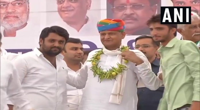 Ashok Gehlot was agrlanded with lemons and chillies in Bhilwara
