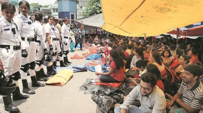 Junior doctors have joined the protests demanding immediate arrest of the perpetrators of violence against doctors in NRS Hospital