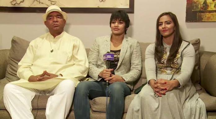 Wrestler Babita Phogat and father Mahavir Phogat officially join the political fray by joining the BJP
