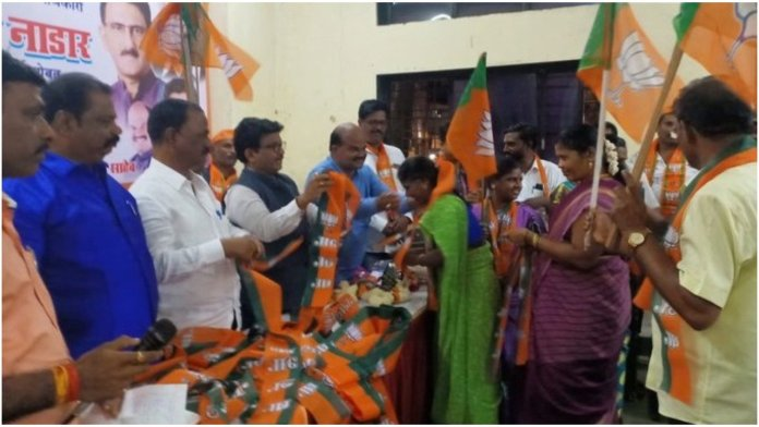 400 Shiv Sena workers join BJP at an event in Dharavi