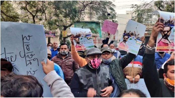 Delhi residents protest outside Yogendra Yadav's residence