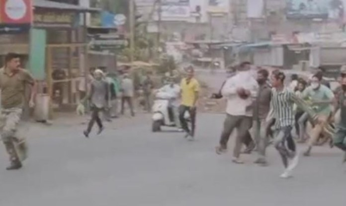Maharashtra: Mob attacks police officials trying to impose Covid restrictions