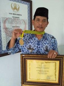 Camat Cangkuang, Kabupaten Bandung, Drs. Baban Banjar FS. M.Si, Master Catur yang dapat penghargaan dari Bupati Bandung, Drs. Dadang M Naser, SH, M.Ip (foto/ saufat endrawan/ opininews.com)