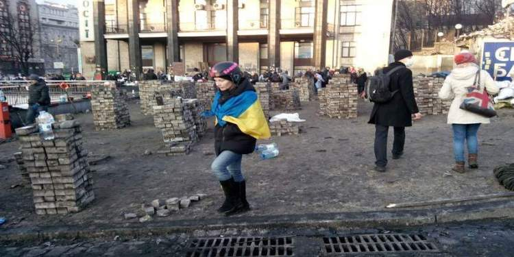 A woman carries a Ukrainian flag. Picture by Khachatur Varosyan