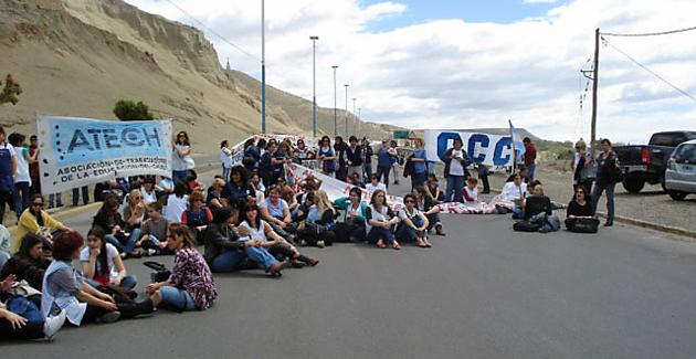 Los docentes de ATECH en el corte de ruta - Foto: Atech