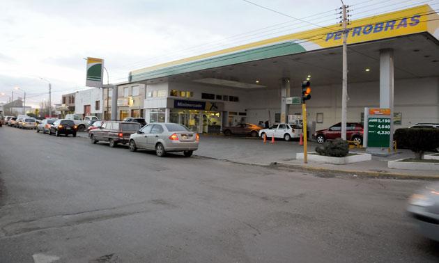 Largas colas en algunas estaciones de servicio de Río Gallegos - Foto: OPI Santa Cruz/Francisco Muñoz