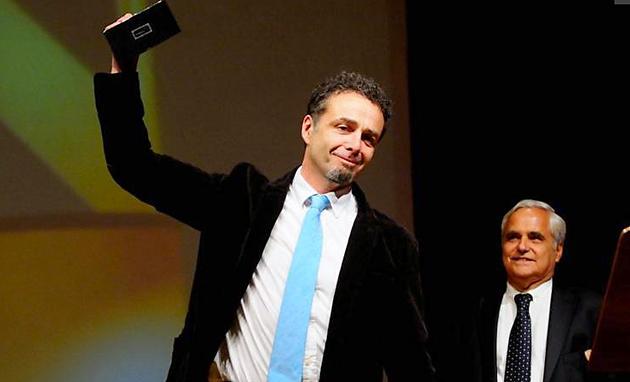 Fabián Siccardi recibiendo el premio Clarín de Novela - Foto: Clarin.com