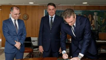 Novo-diretor-da-PF-é-empossado-meia-hora-após-Bolsonaro-anunciar-nomeação