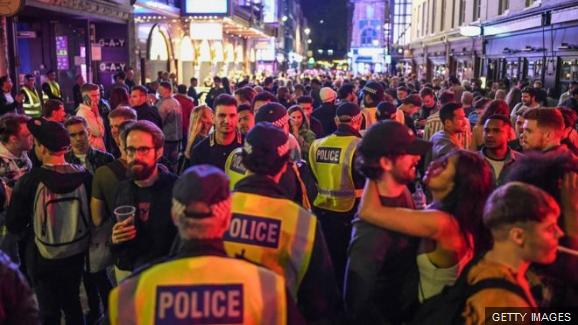 Bêbados-não-cumprem-distanciamento-social-diz-associação-policial-após-bares-reabrirem-na-Inglaterra