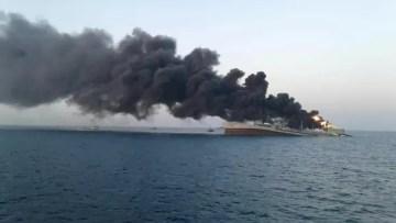 navio-de-guerra-pega-fogo-e-afunda