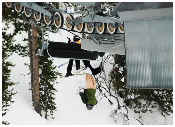 skieur nu accroche au telesiege dans le Colorado