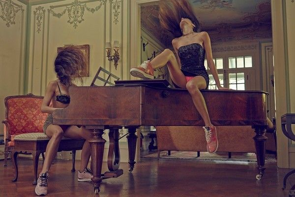 gourmet-upskiarts-sneakers-publicite-fille-sexy-piano