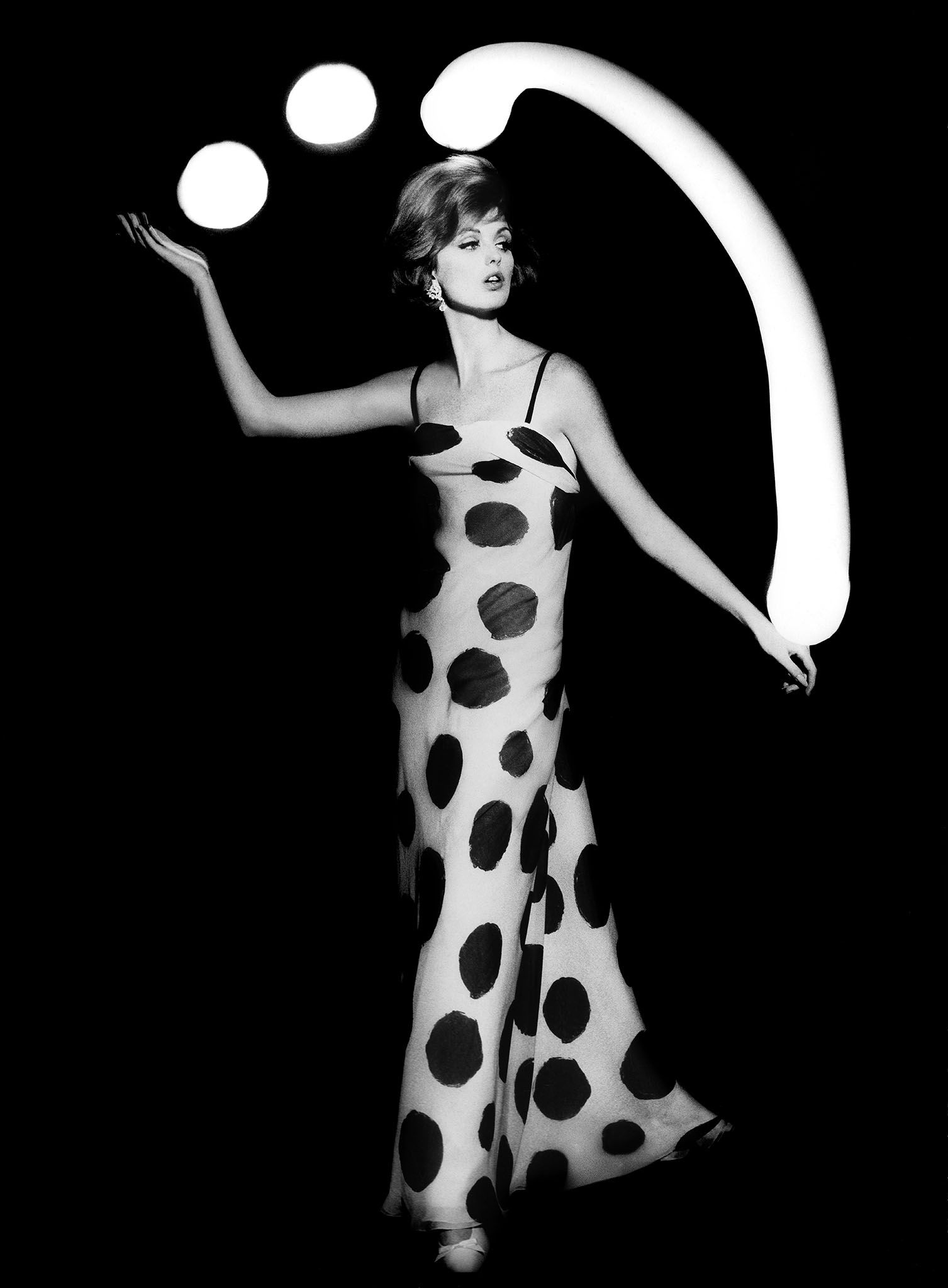 Dorothy-juggling-white-light-balls-Paris-Klein-VLD