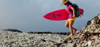 Alison Teal surfe sur un océan de plastique aux Maldives