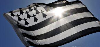 Le drapeau breton est celui des USA avec des bombes à la place des étoiles