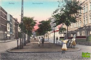 Front pocztówki z przedwojennym widokiem na ulicę Wróblą