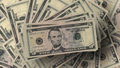 El peso cerró la sesión con una depreciación de 0.46% o 10.1 centavos, cotizando alrededor de 22.3064 pesos por dólar, ante un fortalecimiento del dólar frente a sus principales cruces.