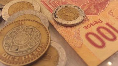 El peso mexicano cerró la sesión con una depreciación de 1.30% o 30.9 centavos, cotizando alrededor de 24.01 pesos por dólar, después de tocar un nuevo máximo histórico de 24.6477 pesos en el overnight.