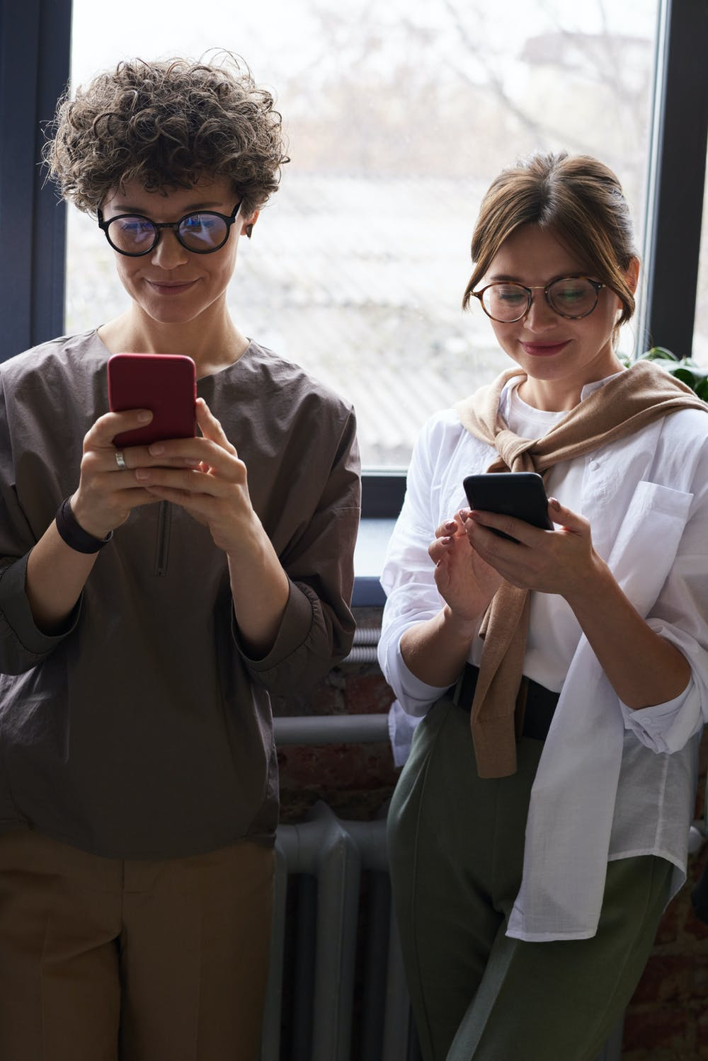 oameni cu ochelari pentru calculator