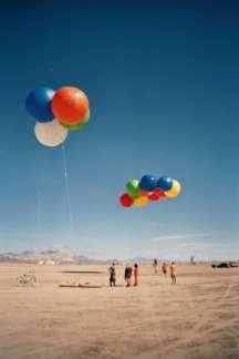 Farverige balloner på Burning Man