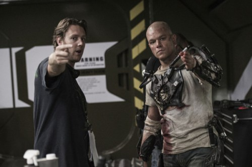 Blomkamp directing Damon on the set of Elysium.
