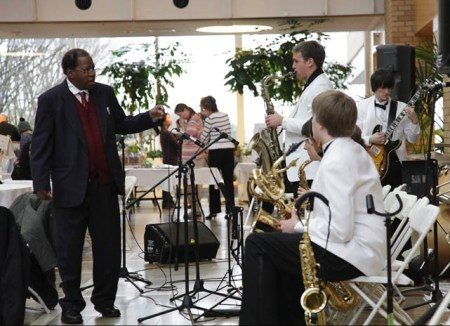 Thara Memory works with student musicians in his American Music Program.