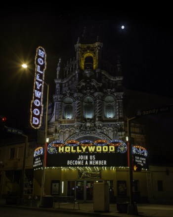 Hollywood-marquee at night