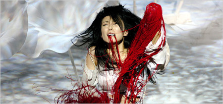 Translate this: Hitomi Manaka as Lavinia in Yukio Ninagawa's Titus Andronicus (Taitasu Andronikasu) at the Royal Shakespeare Theatre. Wikimedia Commons