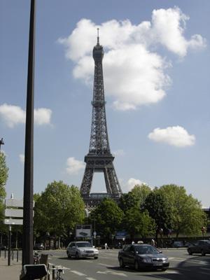 Pakollinen Eiffel-kuva IEA:n nurkan takaa