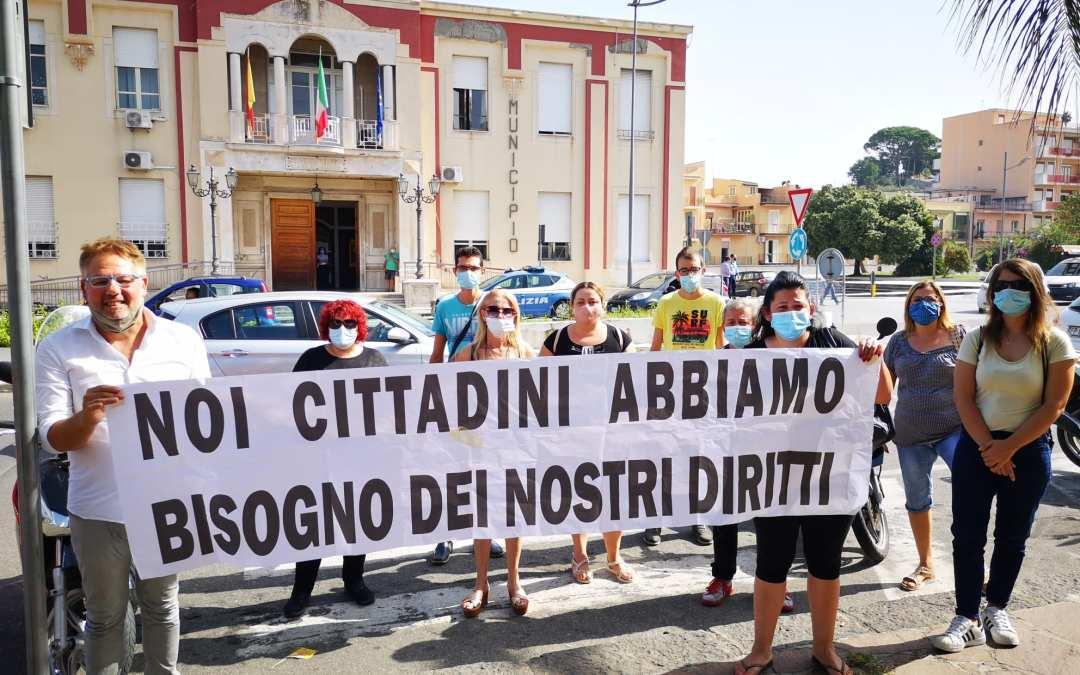 """Barcellona PG. Sit in di protesta lavoratori Cantieri: """"Noi cittadini abbiamo bisogno dei nostri diritti"""""""