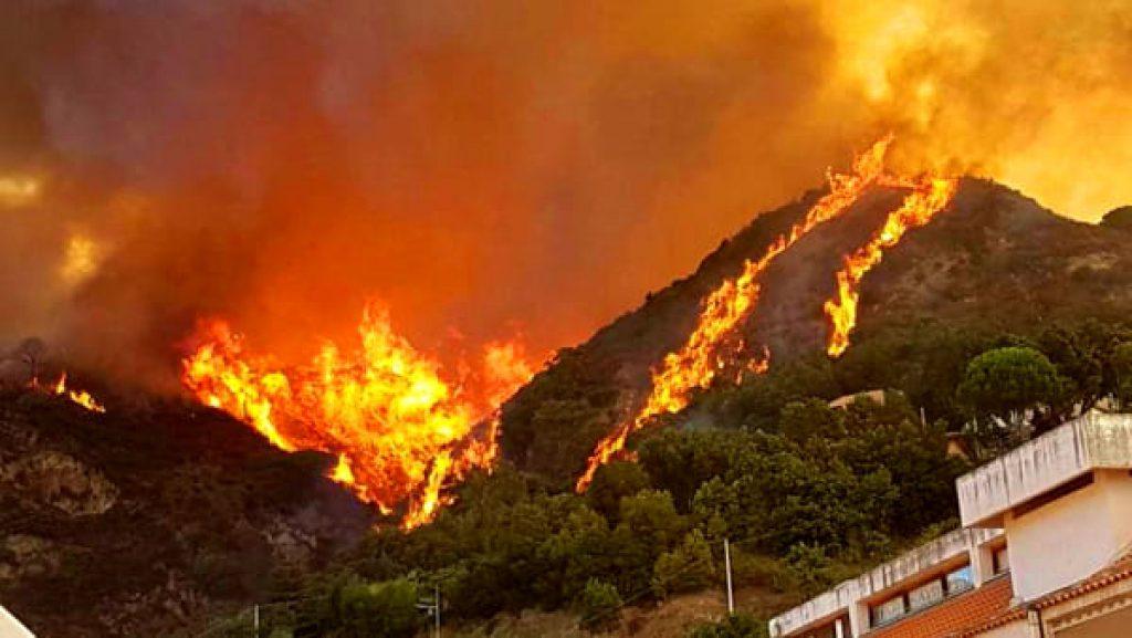 Notte di fuoco a Gioiosa Marea e Patti, incendi diversi per 'mano piromane'