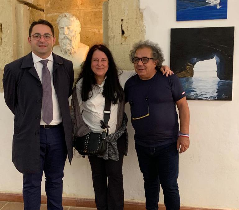 "Agrigento. La pittrice barcellonese Loredana Aimi espone al Trofeo ""Valle dei Templi"". Premiata dal Maestro Francesco Anastasi"