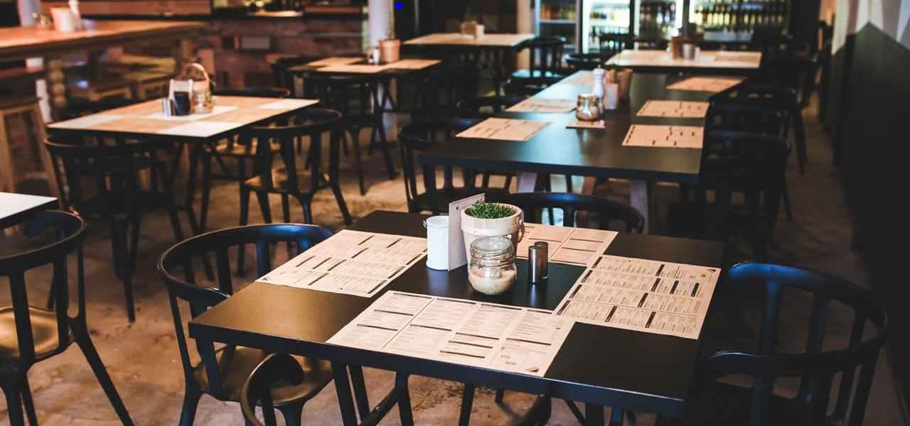 Speisekarten, die in einem Restaurant auf dem Tisch liegen