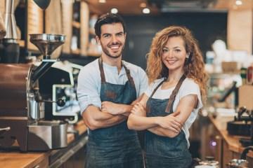 Junge Gastronomen, die eine Ausbildung in der Gastronomie genossen haben