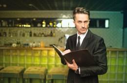 Restaurantleiter schaut kritisch. Grund könnte eine Betriebsprüfung im Rahmen der GPDpU sein.