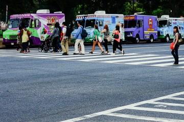 Food Trucks: Kleinrestaurants, die an meist wechselnden Standorten frisch zubereitete Köstlichkeiten anbieten