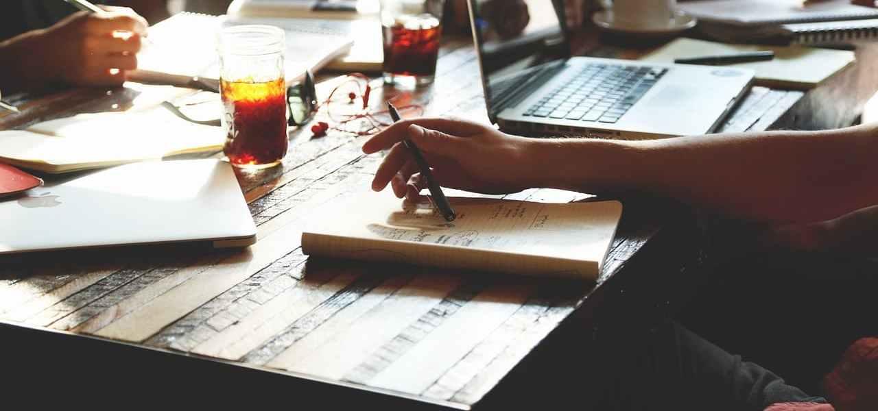 Ein Tisch in einer Gastronomie, auf dem sich Getränke und ein Laptop zur Kalkulation befindet