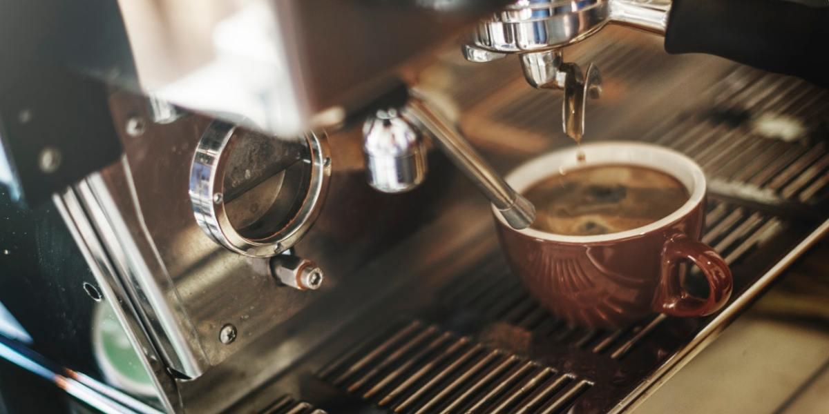 Eine Espressomaschine mit Espresso in einem Café